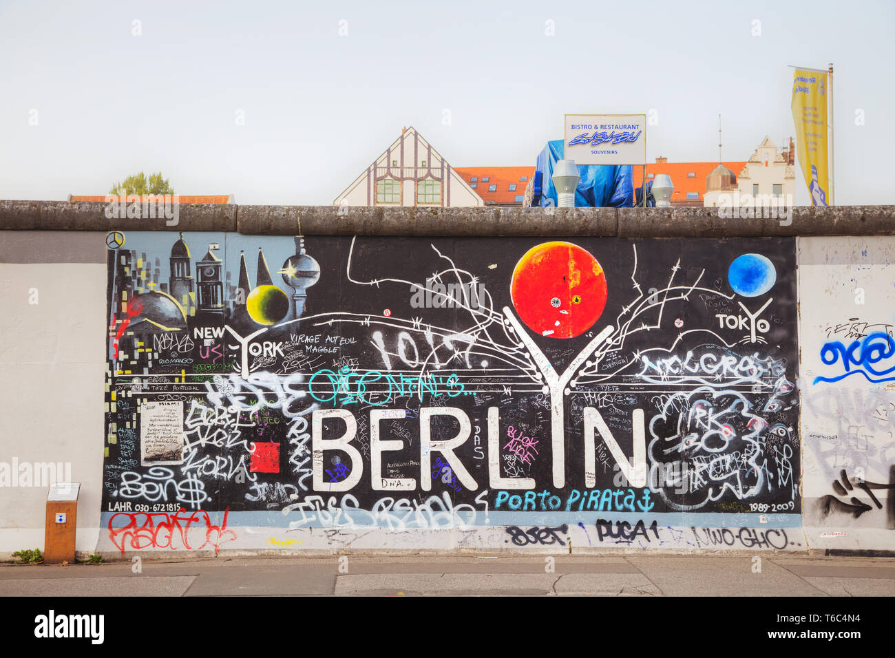 The Berlin wall (Berliner Mauer) with grafitti - Stock Image