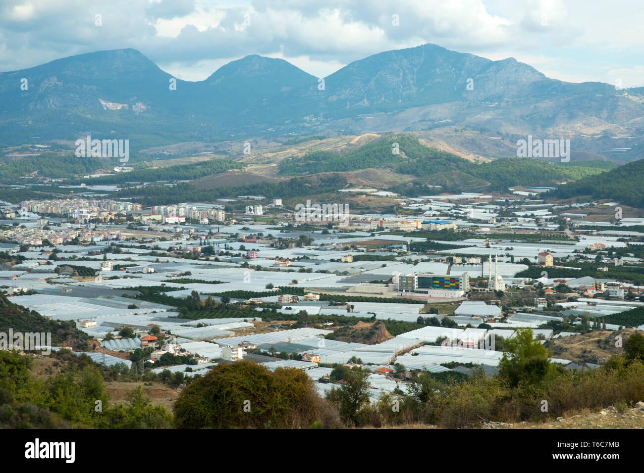 Asien, Türkei, Provinz Antalya, Kumluca, Blick über Glashäuser auf die Stadt - Stock Image