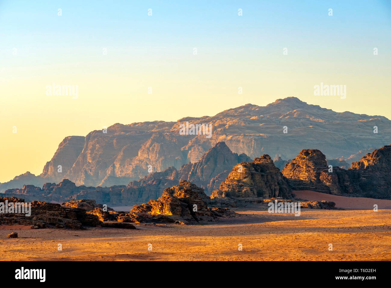 Jordan, Aqaba Governorate, Wadi Rum. Wadi Rum Protected Area, UNESCO World Heritage Site. Desert landscape at sunset. - Stock Image