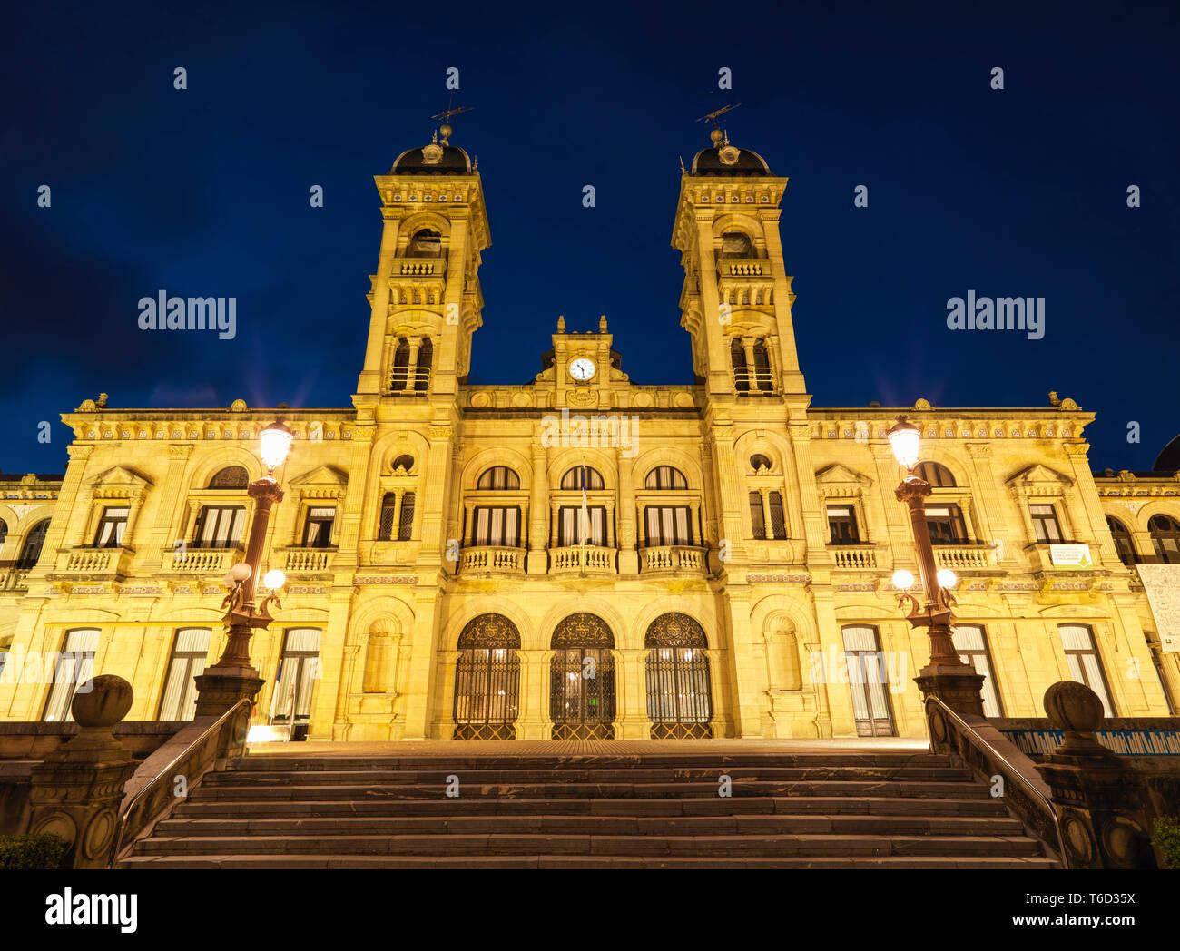 Spain, Basque Country, San Sebastian (Donostia), City hall illuminated at night - Stock Image