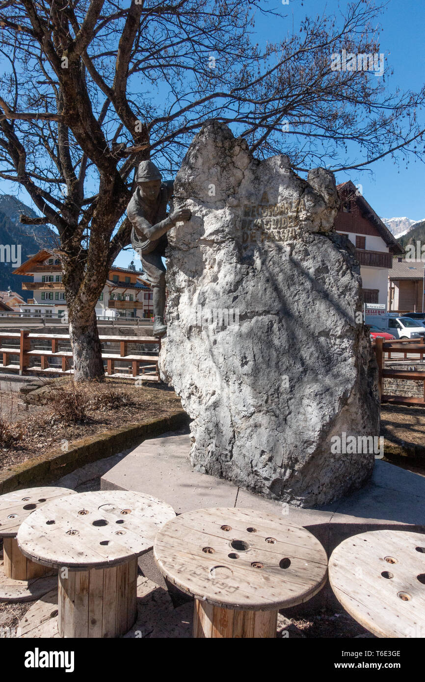 Bronze statue to commemorate the ski guides of the Fassa valley - Stock Image