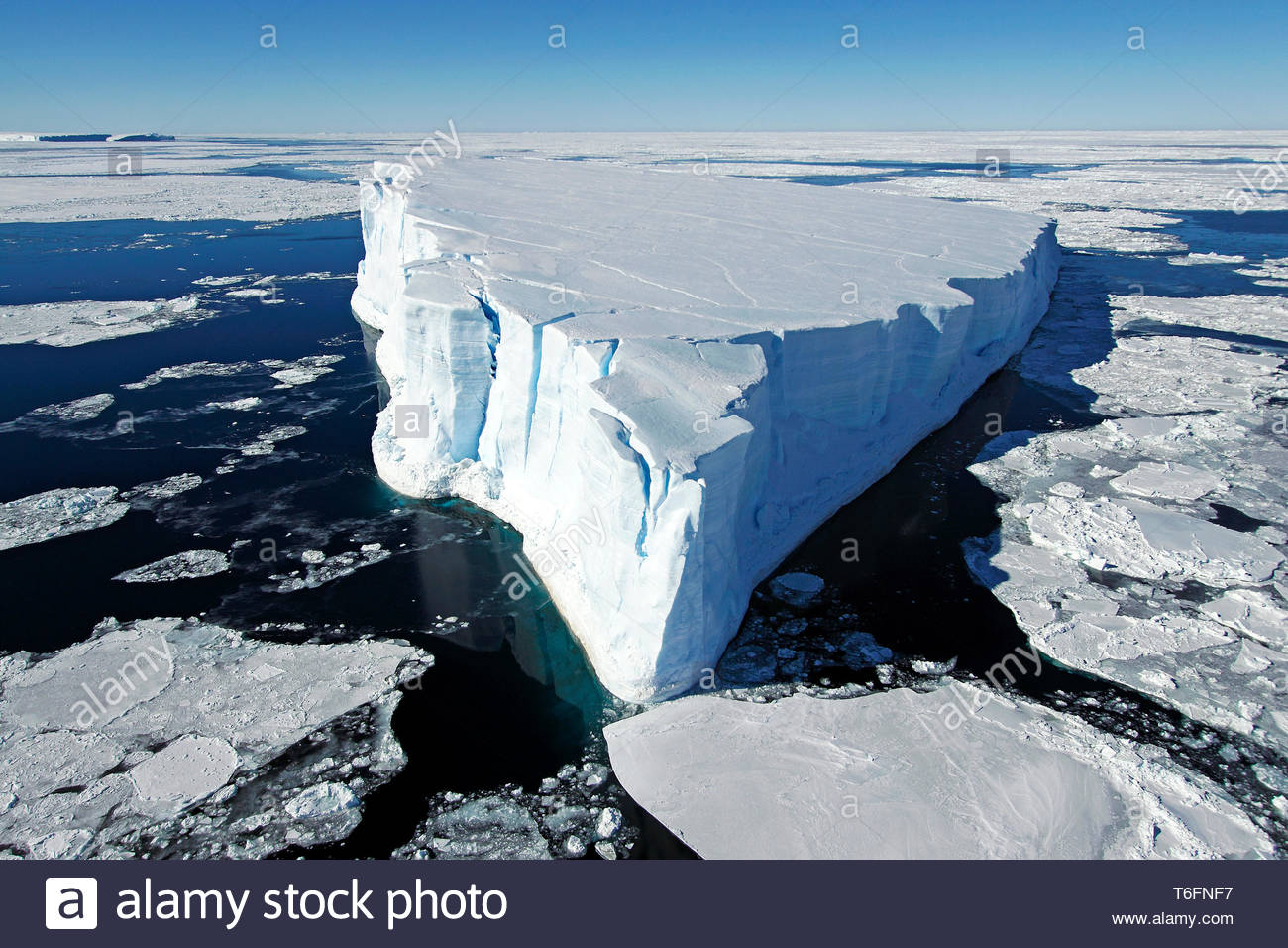 Treibender Eisberg umgeben von Eisschollen, Antarktis | Drifting iceberg, surrounded with ice floes, Antarctic - Stock Image