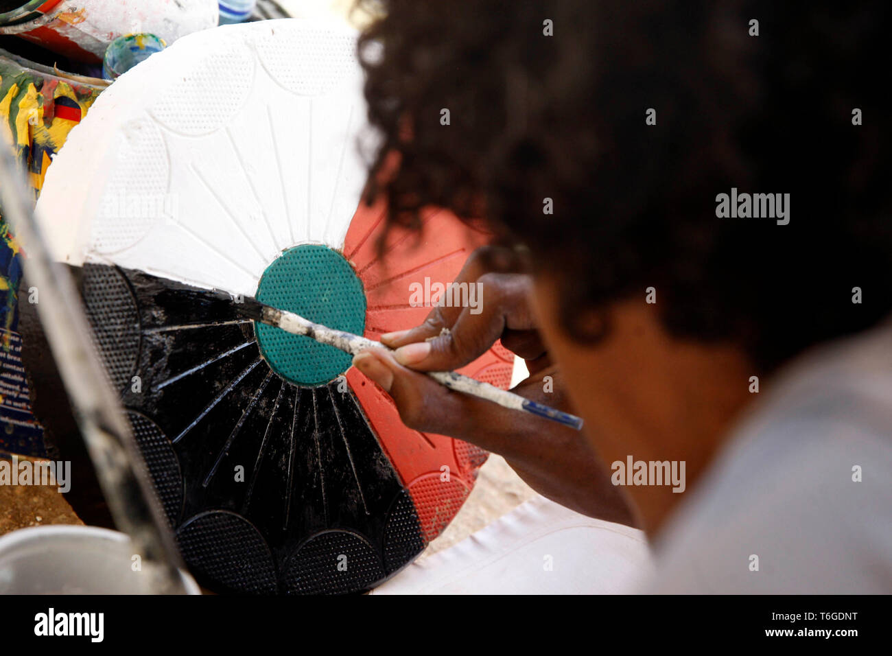 (190501) -- KHARTOUM, May 1, 2019 (Xinhua) -- A Sudanese artist creates at the sit-in site in front of the army's general headquarters in support of the protesters, in Khartoum, Sudan, May 1, 2019. (Xinhua/Mohamed Khidir) - Stock Image