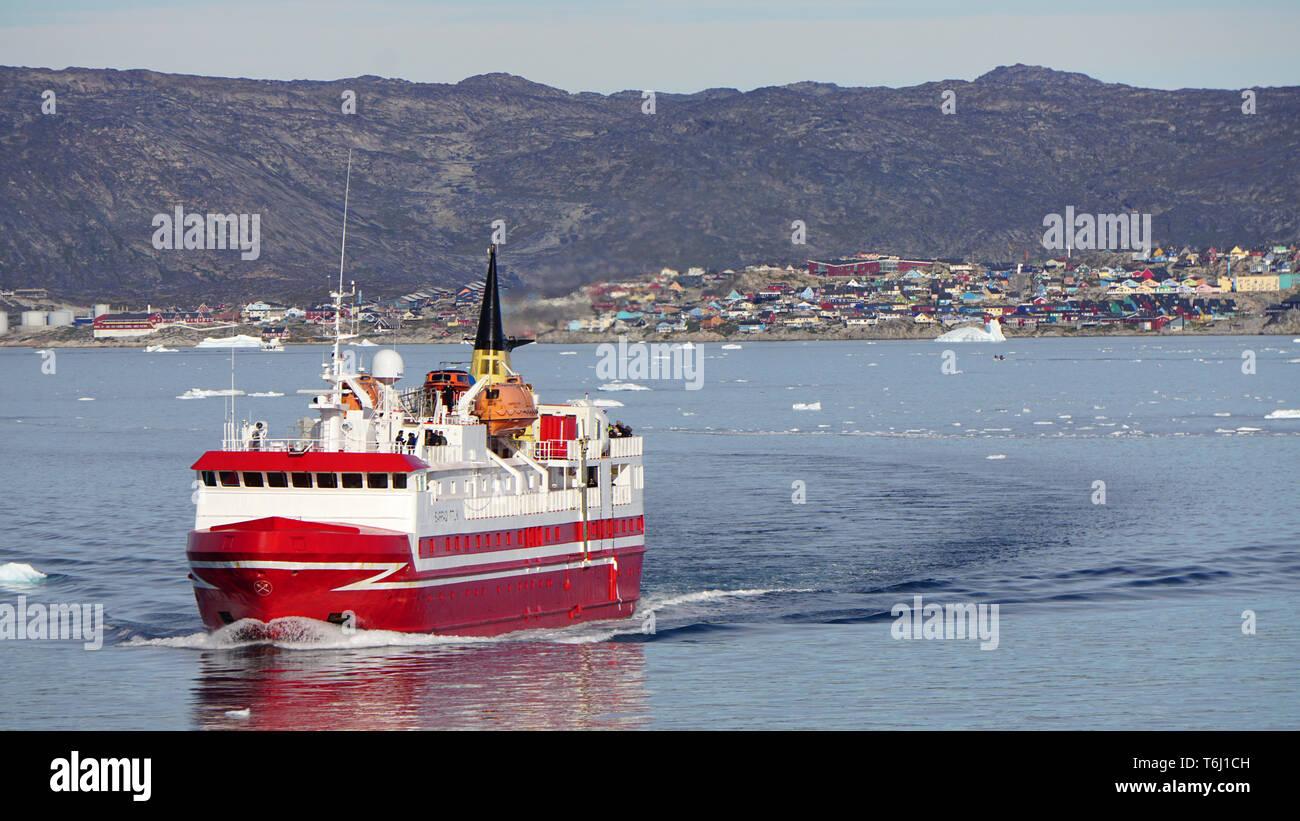 Ein Schiff verlässt den Hafen von Ilulissat auf Grönland - Stock Image