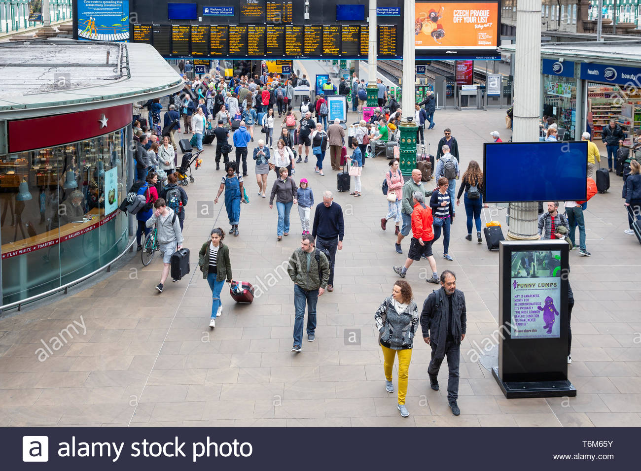 Concourse Waverley Station with travellers arriving and departing by train - Stock Image