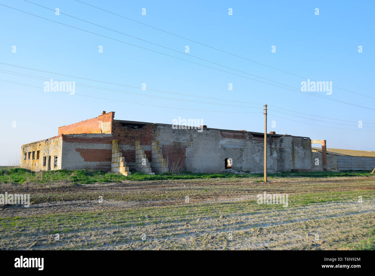 Old soviet brick abandoned building. Collapsing brick construction. white and red brick - Stock Image