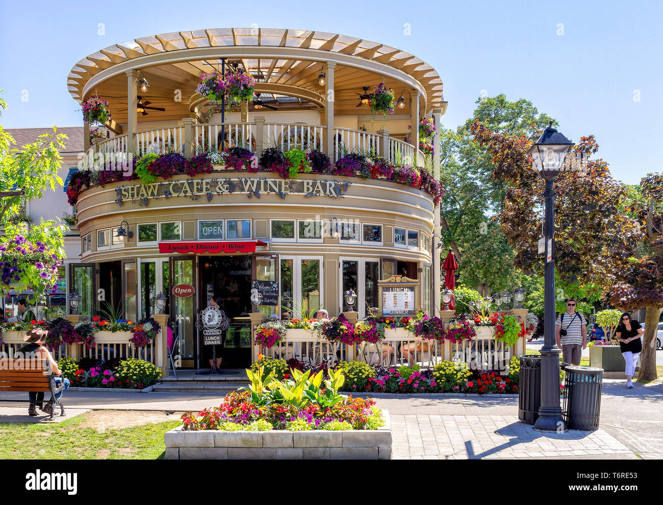 Niagara-on-the-lake, Ontatio, Canada - June 14, 2018: A famous restaurant, located in the Queen Street, is a fine wine bar and cafe, full of colors. - Stock Image