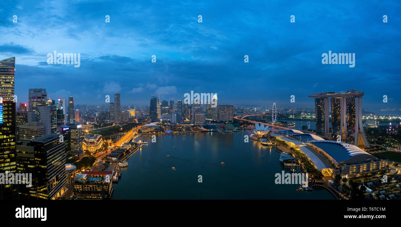 Aerial view of Singapore business district and city at night in Singapore, Asia. - Stock Image