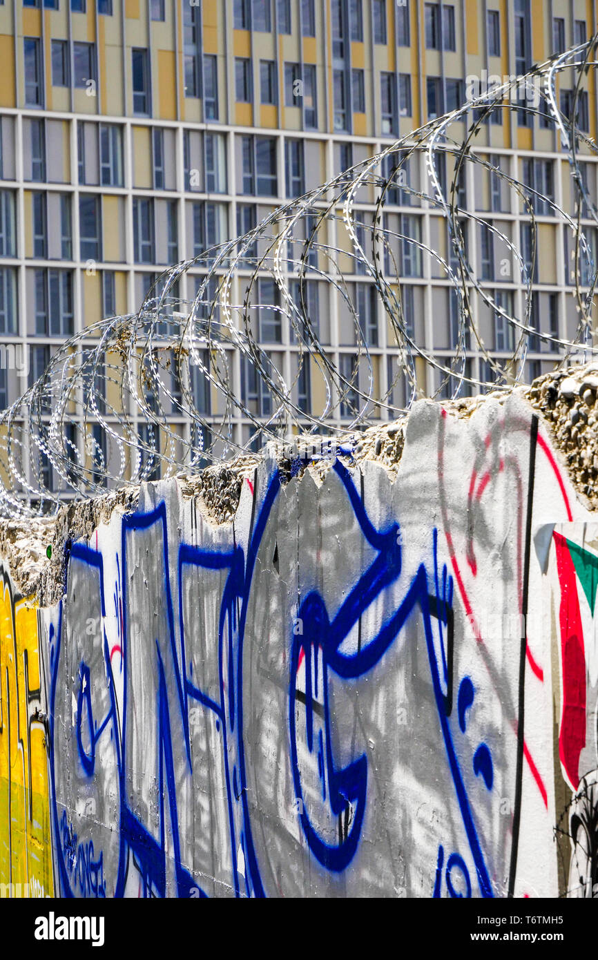 Barbed wire, Construction work, Lyon Gerland, France - Stock Image