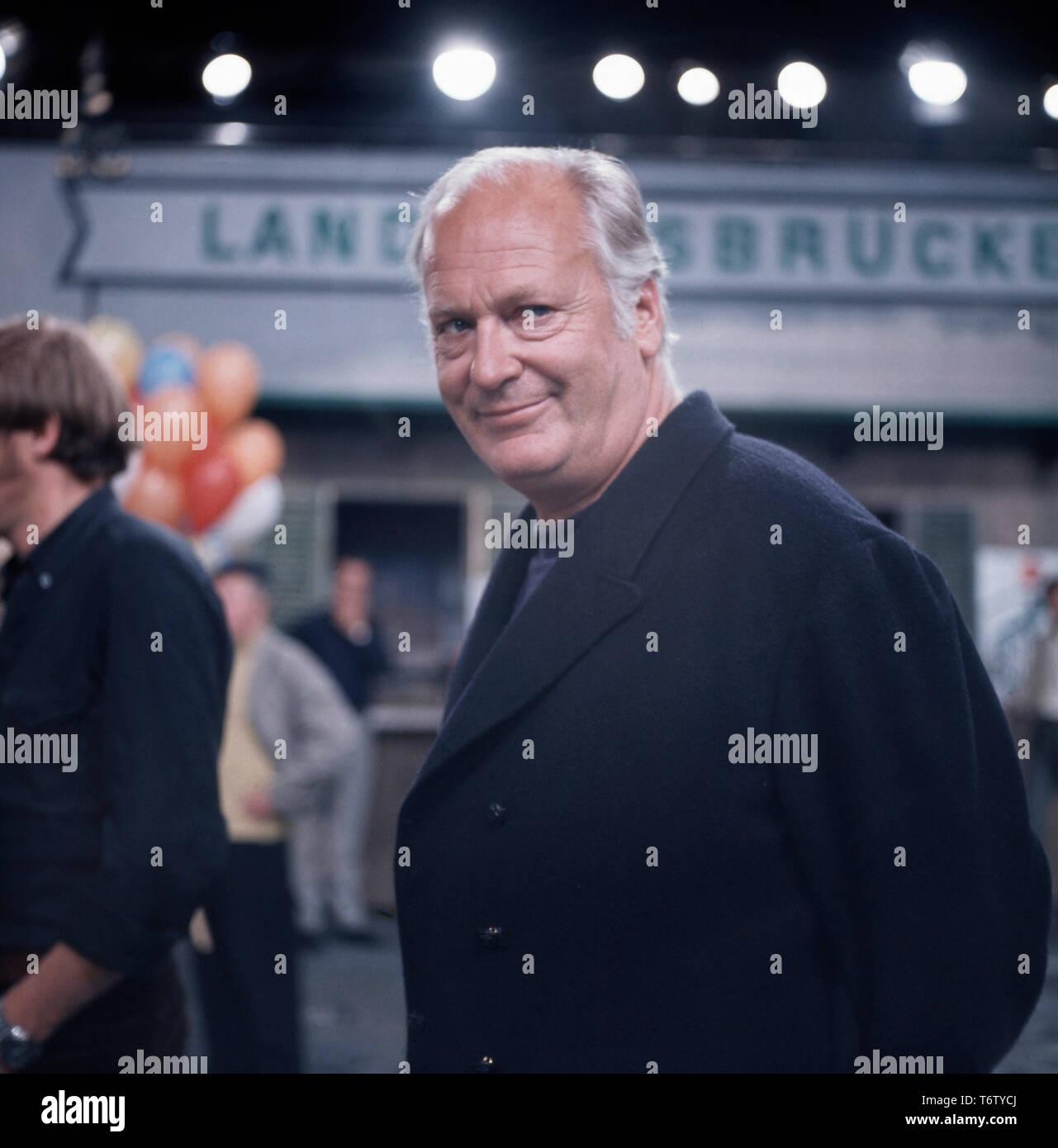Der deutsch-österreichische Bühnen- und Filmschauspieler Curd Jürgens posiert für Porträtaufnahmen während Dreharbeiten, 1970er. The German-Austrian stage and film actor Curd Jürgens poses for portraits during some filming, 1970s - Stock Image