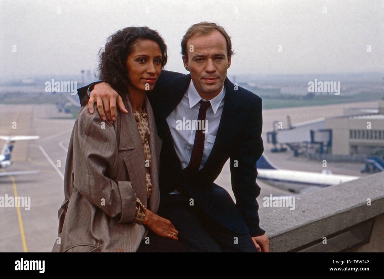 """Duett in Bonn, Fernsehserie, Deutschland 1987, Folge """"Das Tor zur Glückseligkeit"""", Darsteller: Karin Boyd, Heiner Lauterbach Stock Photo"""