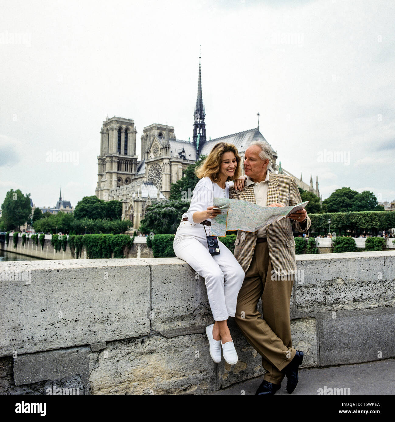 Couple of tourists in front of Notre-Dame cathedral, Paris, France, Europe - Stock Image