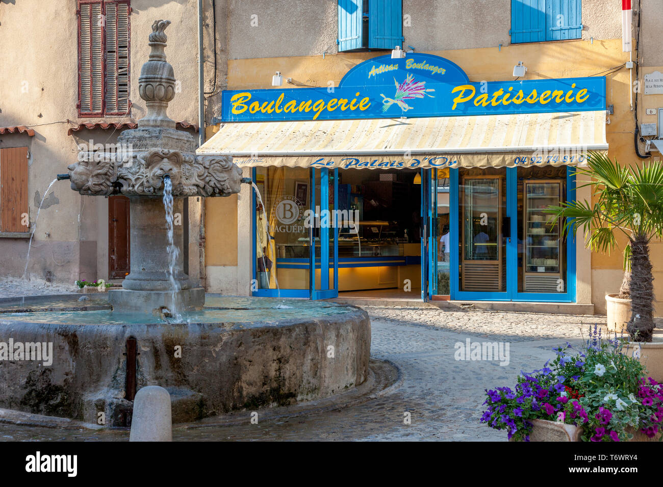 Fountain in courtyad in front of Le Palais d'Or - an Artisan Boulangerie, Valensole, Provence, France - Stock Image