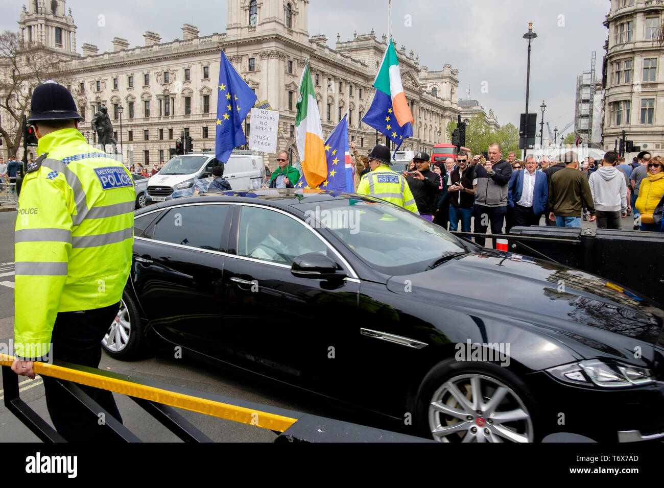 Ministerial vehicle drives into Houses of Parliament past pro-EU flag wavers - Stock Image