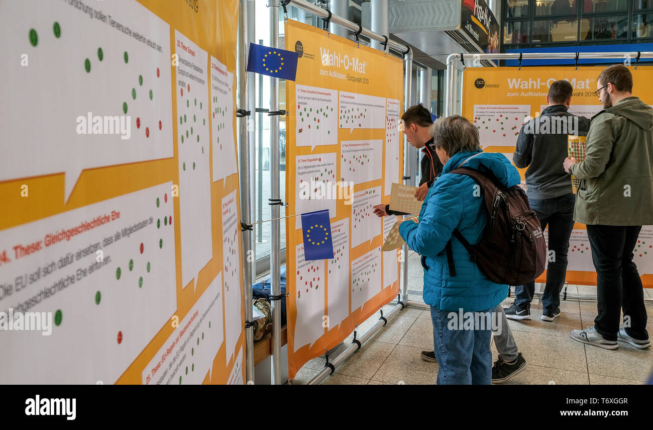 Magdeburg, Germany. 03rd May, 2019. Passers-by test the Wahl-O-Mat for the European elections. The Wahl-O-Mat of the Federal Agency for Civic Education has been in existence since 2002. The Federal Central Office will again offer decision support for the 2019 European elections on 26 May. 38 theses on 41 parties will then be available to voters in advance in order to obtain assistance in decision-making for the election. Credit: Peter Förster/dpa-Zentralbild/ZB/dpa/Alamy Live News Stock Photo