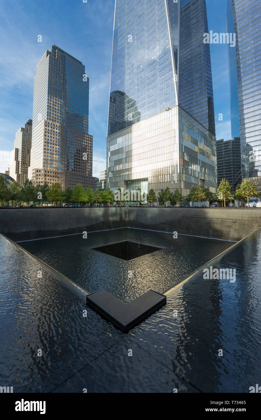 ONE WORLD TRADE CENTER (©LIBESKIND CHILDS GOTTESDIENER SOM 2016) NORTH REFLECTING POOL MEMORIAL DOWNTOWN MANHATTAN NEW YORK CITY USA - Stock Image