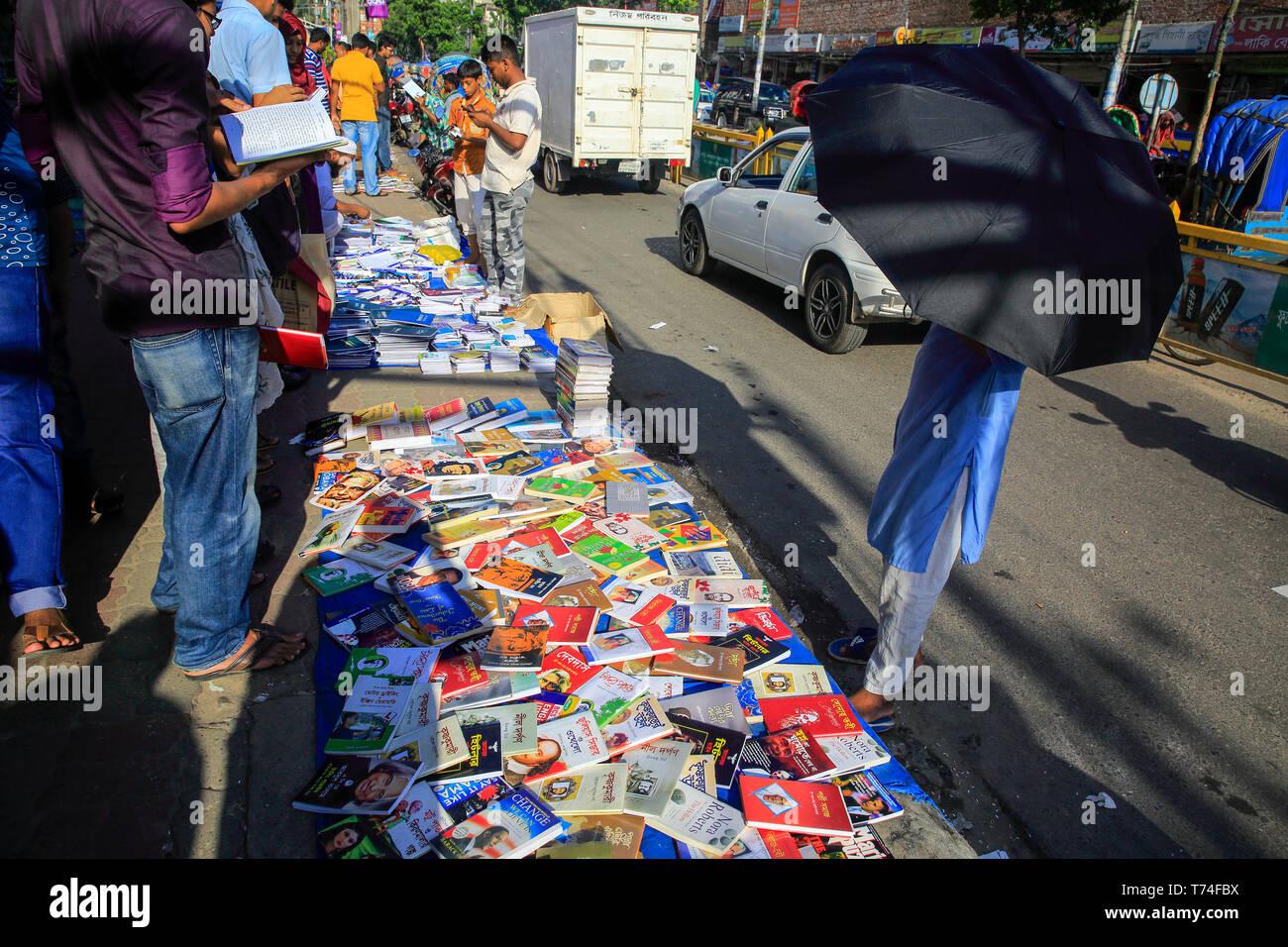 Book shop on the footpath at Nilkhet in Dhaka, Bangladesh - Stock Image