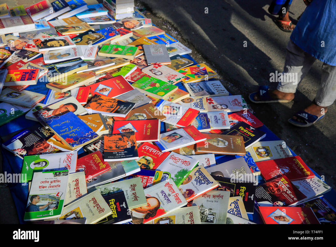 Book shop on the footpath at Nilkhet in Dhaka, Bangladesh - Stock Image