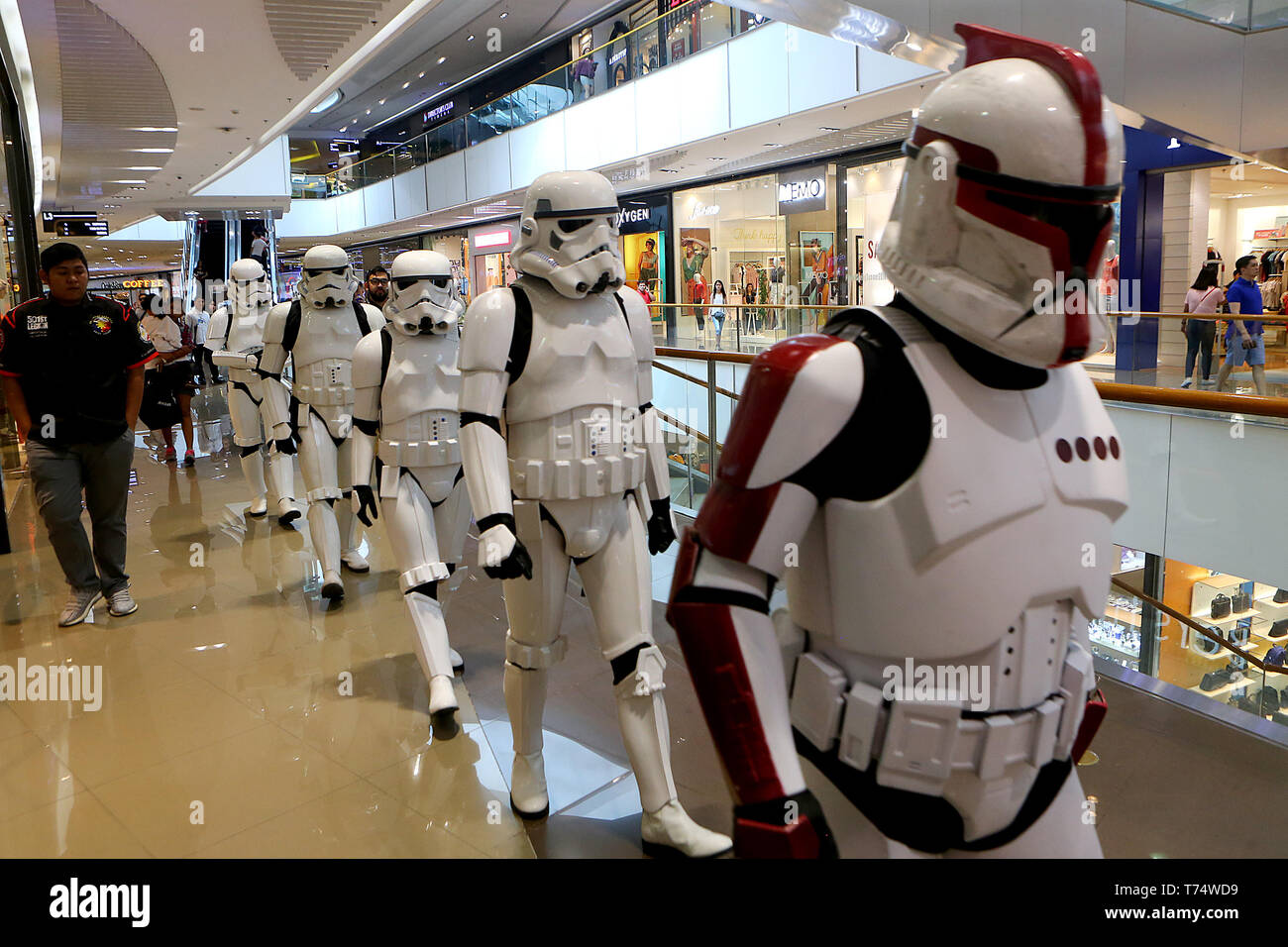 Taguig City, Philippines. 4th May, 2019. People dressed as Star Wars characters participate in the Star Wars Day in a mall in Taguig, the Philippines, May 4, 2019. The Star Wars Day is celebrated on May 4 every year by the fans of the sci-fi movie series in different parts of the world. Credit: ROUELLE UMALI/Xinhua/Alamy Live News - Stock Image