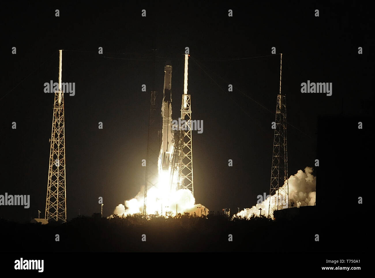 Cape Canaveral, United States. 04th May, 2019. May 4, 2019 - Cape Canaveral, Florida, United States - A SpaceX Falcon 9 rocket successfully launches the CRS-17 cargo mission from Cape Canaveral Air Force Station on May 4, 2019 in Cape Canaveral, Florida. This is the 17th resupply mission by SpaceX for NASA to the International Space Station. Credit: Paul Hennessy/Alamy Live News - Stock Image