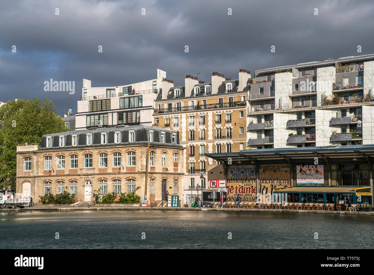 Gastronomie und Apartments am künstlichen Bassin de la Villette,  Paris, Frankreich  |  Restaurant and apartments at the  artificial lake Bassin de la - Stock Image