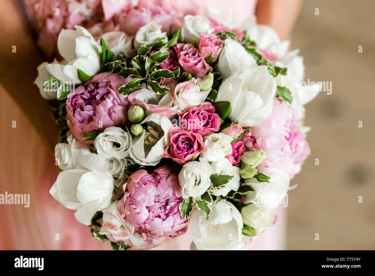 Bouquet Sposa Rose E Peonie.Unrecognizable Bride Holding A Refined Wedding Bouquet Of Pink