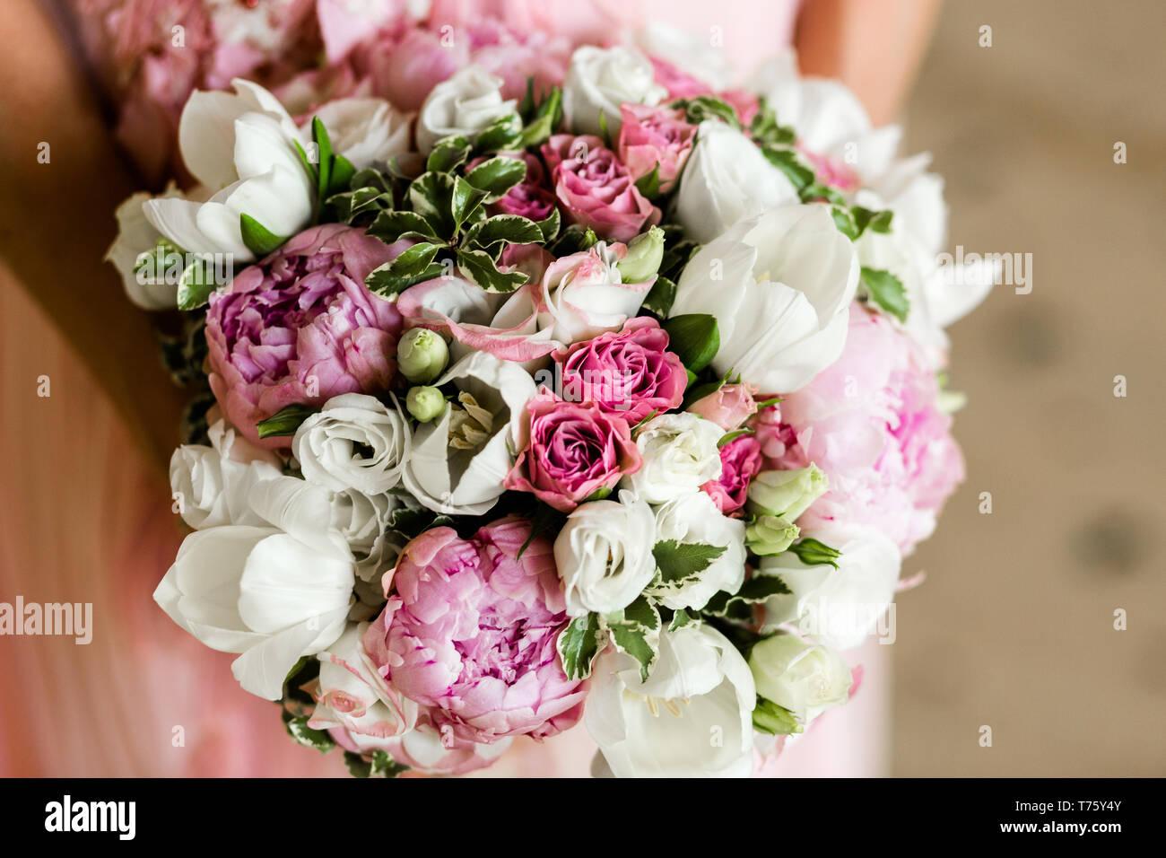 Bouquet Peonie Sposa.Unrecognizable Bride Holding A Refined Wedding Bouquet Of Pink
