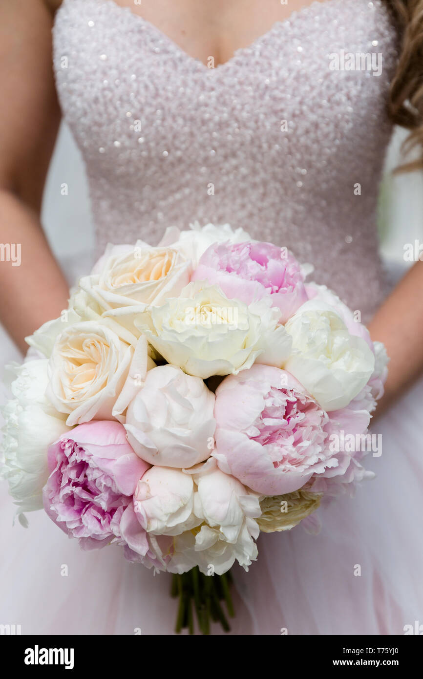 Bouquet Sposa Rose E Peonie.Unrecognizable Bride Holding A Refined Wedding Bouquet Of Pink And