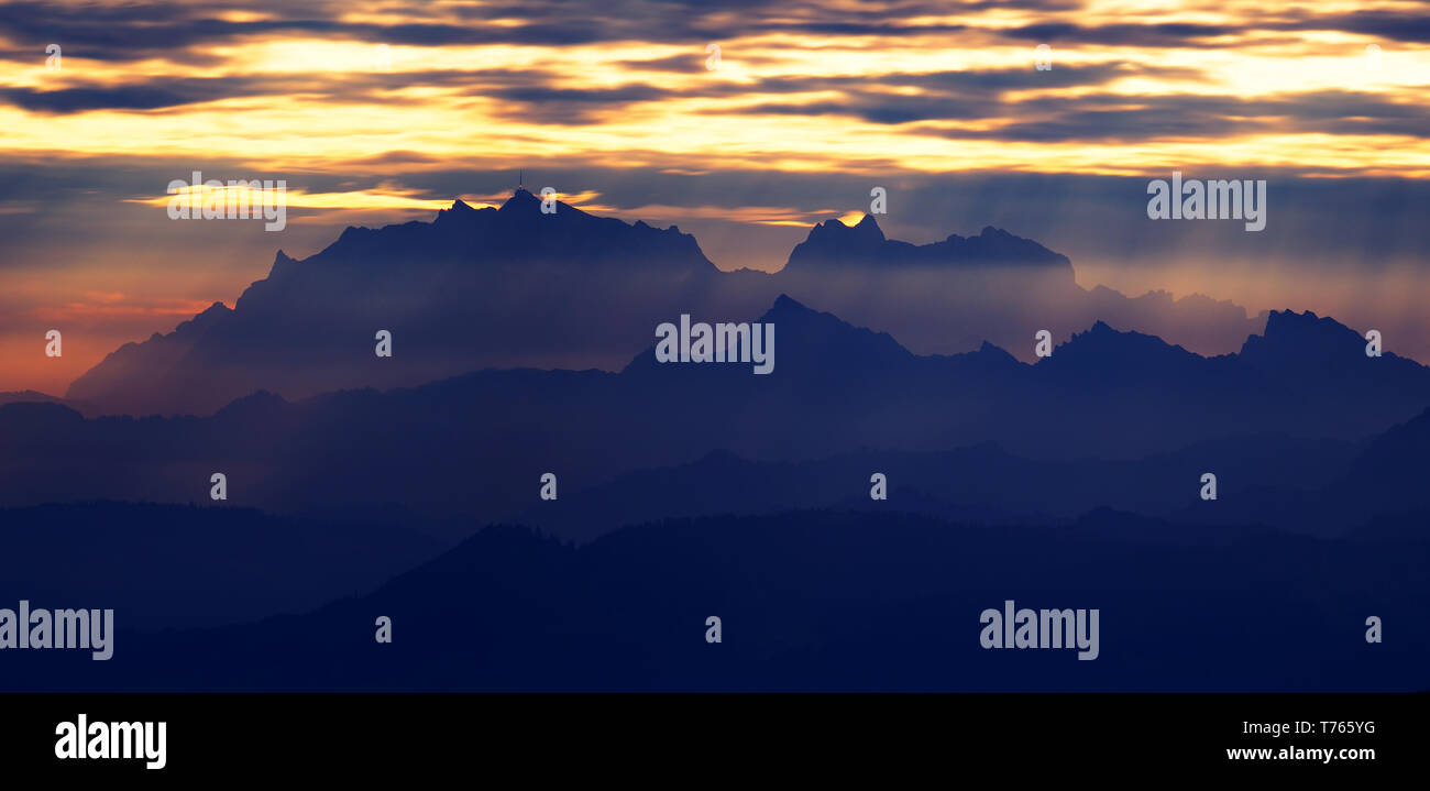 Mountain horizon at sunrise - Stock Image