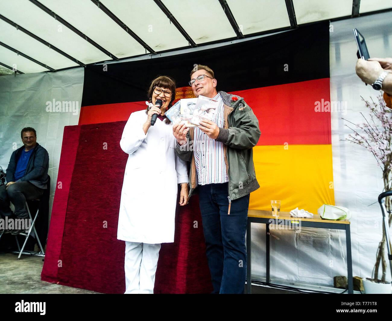 Frau Puppendoktor Pille alias Urte Blankenstein und der Chef des DDR Museums Conny Kaden beim Familientag vom DDR Museum Pirna. Pirna, 01.05.2019 Stock Photo