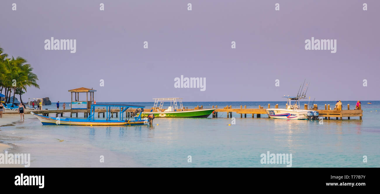 Fishing boats waiting for tourists at West Bay in Roatan Honduras. - Stock Image