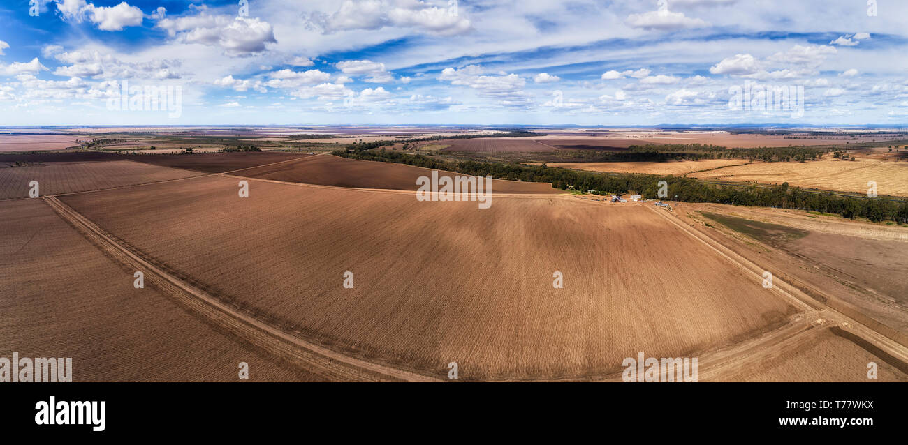 Single remote agriculture farm in grain growing region of NSW, Australia.Endless flat plains with black soil plowed in segmented paddocks on top of ar - Stock Image