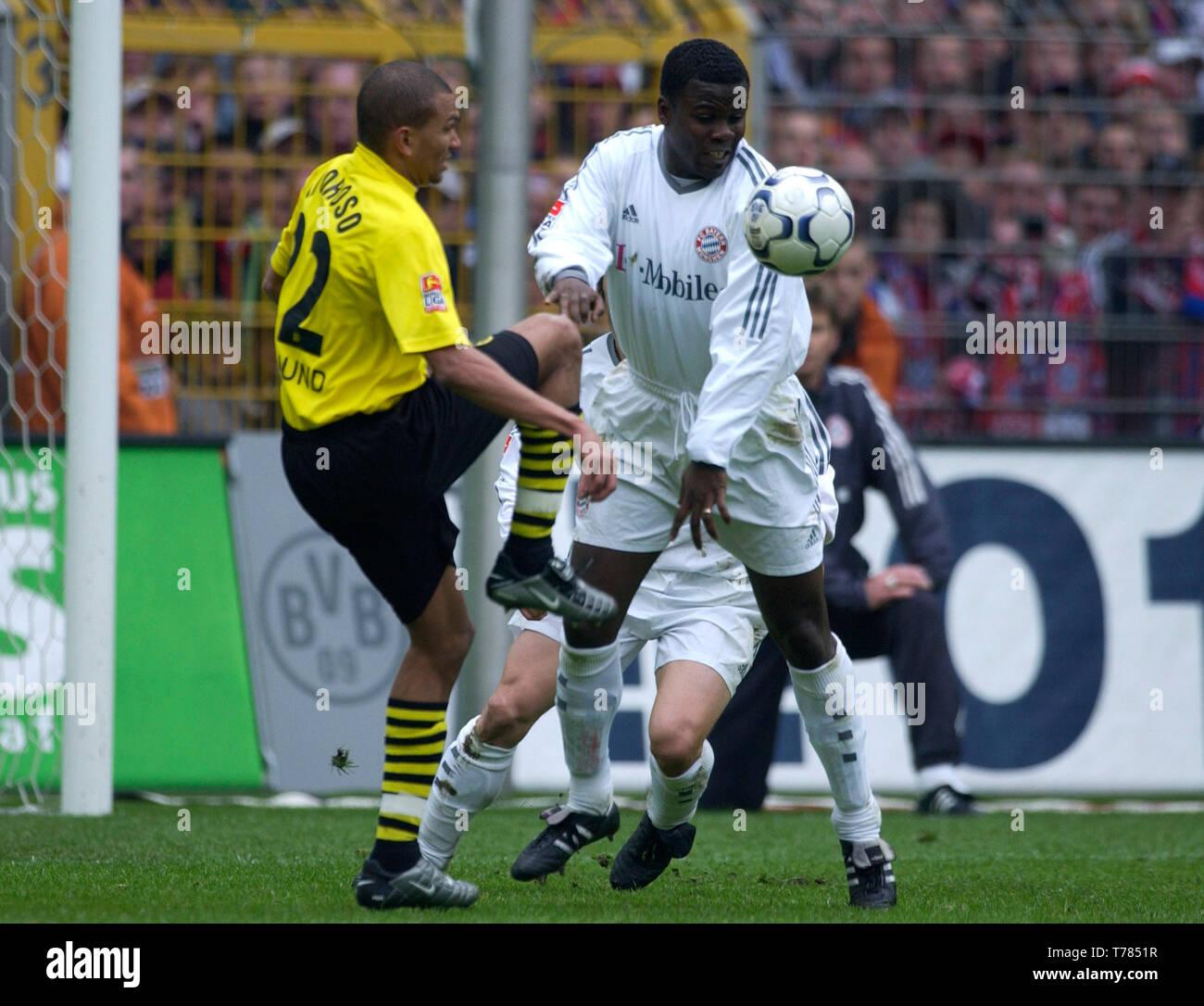 Westfalenstadion Dortmund Germany, 19.4.2003, German Football Bundesliga Season 2002/03, matchday 29, Borussia Dortmund (yellow) vs Bayern Munich (white) --- from left: Marcio Amoroso (BVB), Sammy Kuffour (FCB) - Stock Image