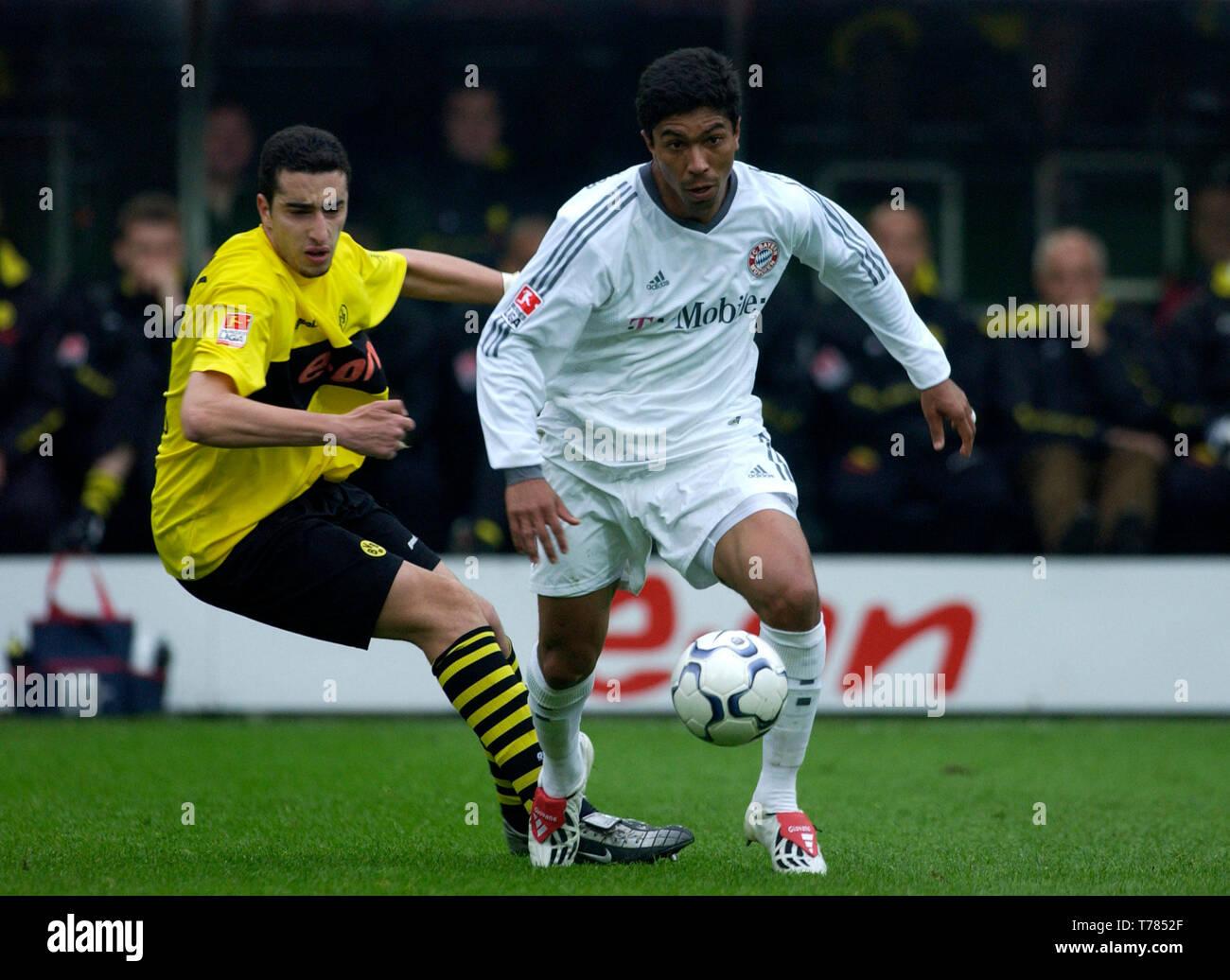 Westfalenstadion Dortmund Germany, 19.4.2003, German Football Bundesliga Season 2002/03, matchday 29, Borussia Dortmund (yellow) vs Bayern Munich (white) --- Giovane Elber (FCB), Ahmed Mahdouni (BVB) - Stock Image