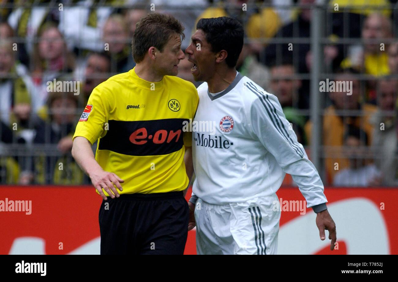 Westfalenstadion Dortmund Germany, 19.4.2003, German Football Bundesliga Season 2002/03, matchday 29, Borussia Dortmund (yellow) vs Bayern Munich (white) --- Giovane Elber (FCB) in a discussion with Christian Woerns (BVB) - Stock Image