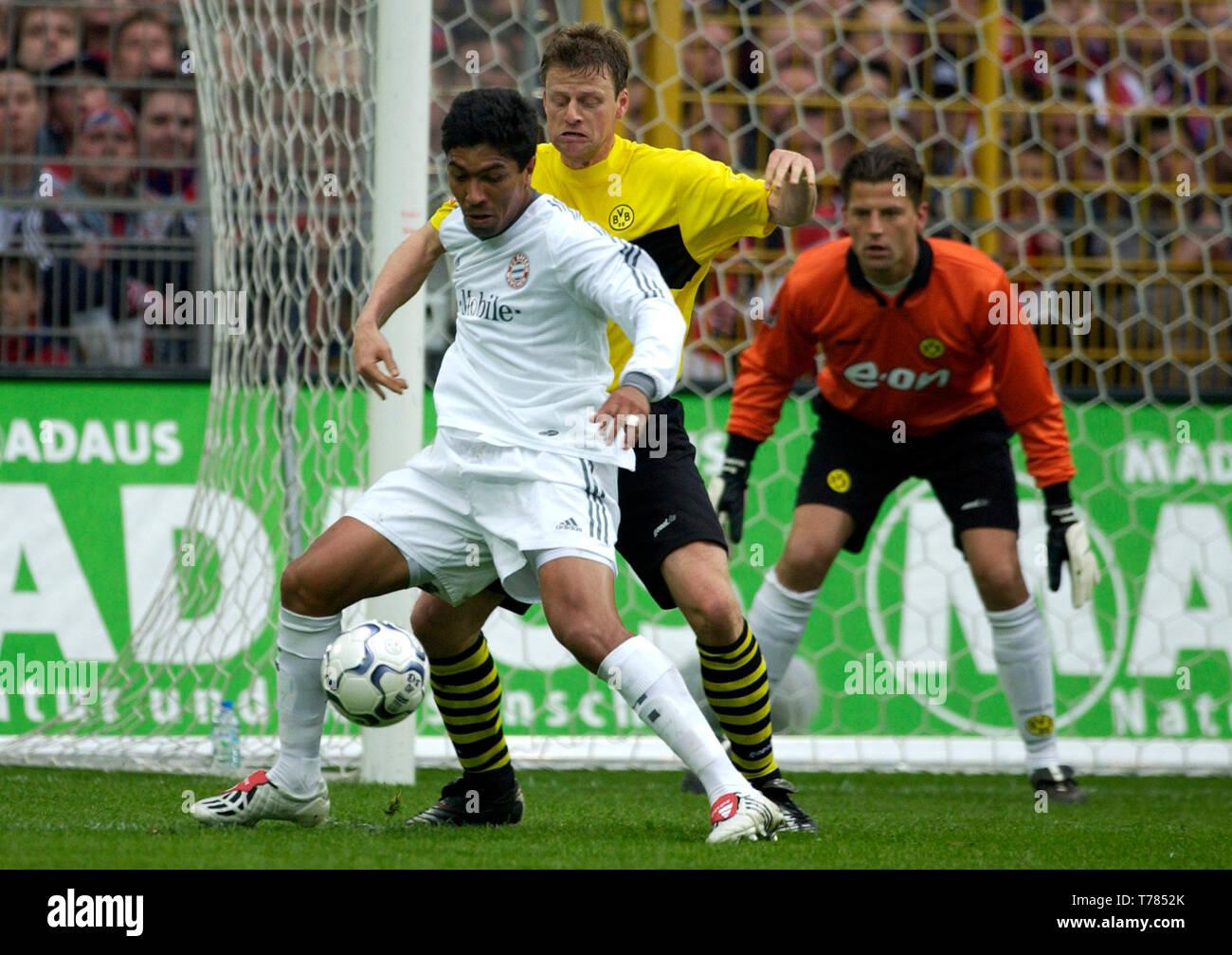 Westfalenstadion Dortmund Germany, 19.4.2003, German Football Bundesliga Season 2002/03, matchday 29, Borussia Dortmund (yellow) vs Bayern Munich (white) --- Giovane Elber (FCB), Christian Woerns (BVB) - Stock Image