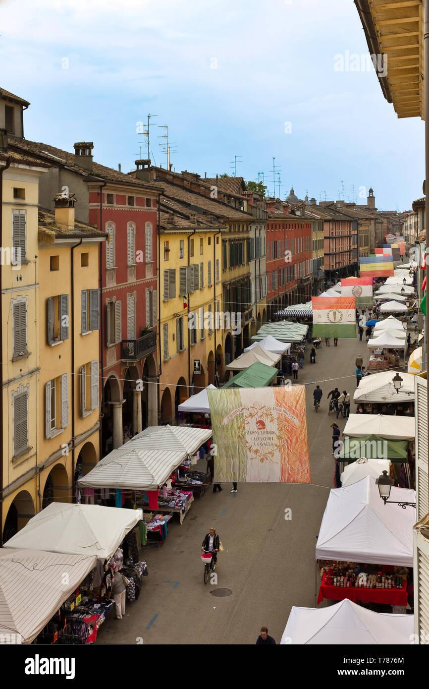 Reggio Emilia: tratto di via Emilia San Pietro con le bancarelle del mercato.  [ENG] Reggio Emilia: stretch of Emilia San Pietro road with the market  - Stock Image