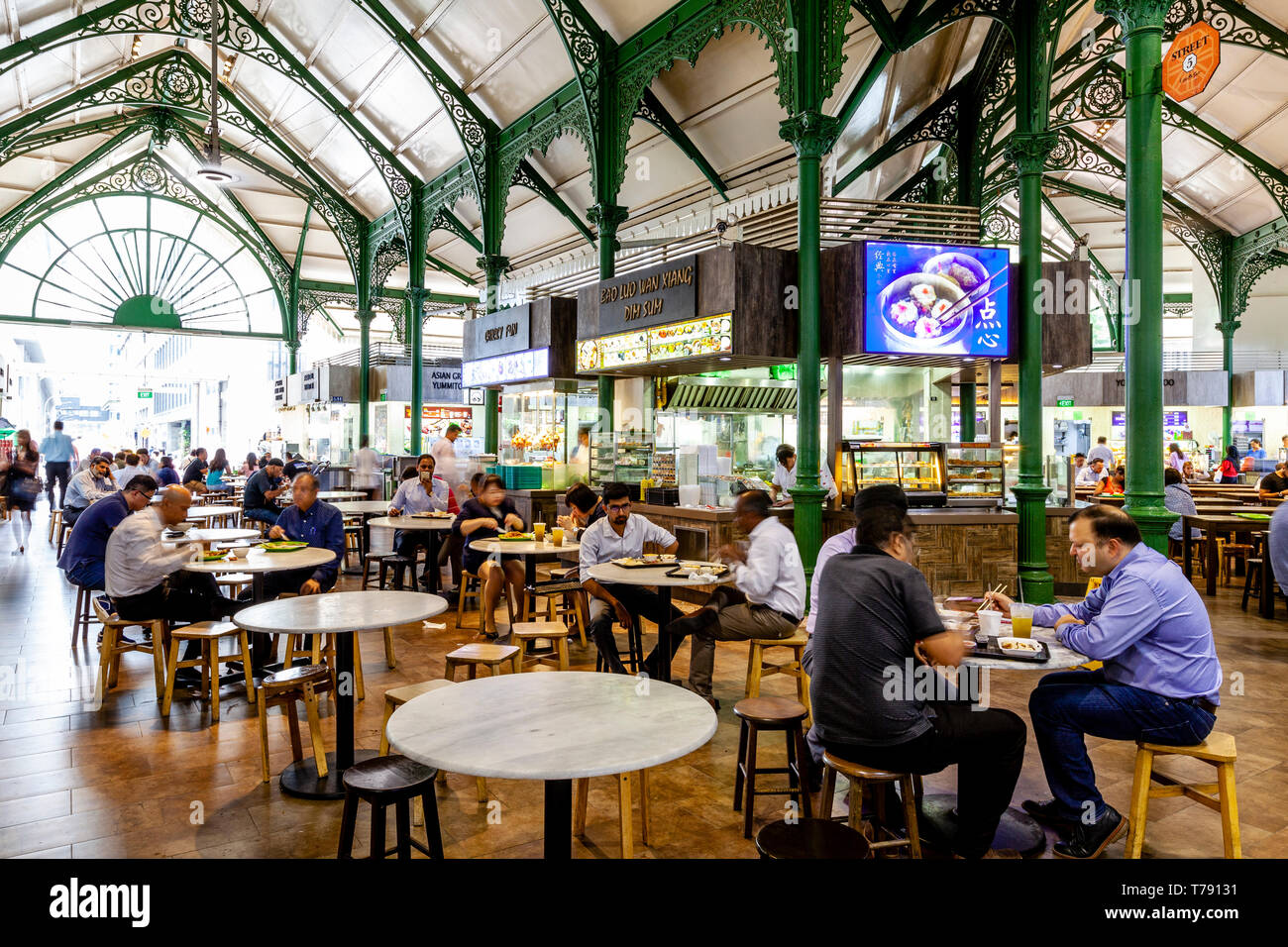 People Eating Lunchtime Food At The Lau Pa Sat Festival Market, Singapore, South East Asia - Stock Image