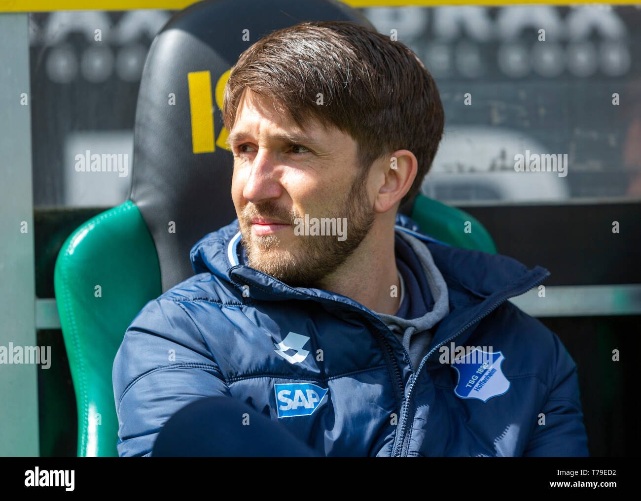 sports, football, Bundesliga, 2018/2019, Borussia Moenchengladbach vs. TSG 1899 Hoffenheim 2-2, Stadium Borussia Park, Benjamin Glueck (TSG), assistant coach analysis, DFL REGULATIONS PROHIBIT ANY USE OF PHOTOGRAPHS AS IMAGE SEQUENCES AND/OR QUASI-VIDEO - Stock Image