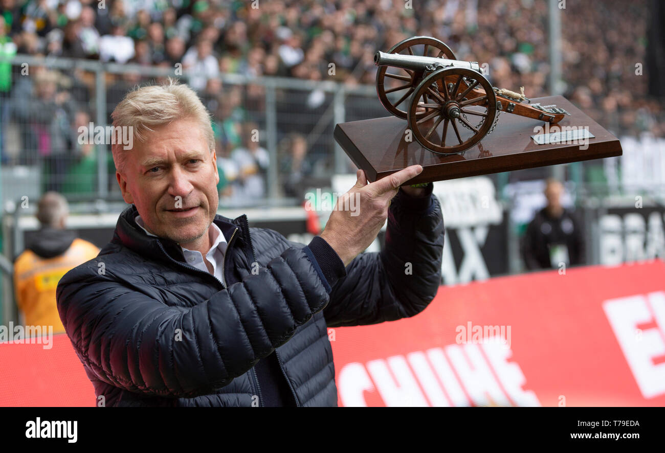 sports, football, Bundesliga, 2018/2019, Borussia Moenchengladbach vs. TSG 1899 Hoffenheim 2-2, Stadium Borussia Park, the former Gladbach footballer Uwe Rahn presents the Kicker Torjaegerkanone as the best goal scorer in the saison 1986/1987, DFL REGULATIONS PROHIBIT ANY USE OF PHOTOGRAPHS AS IMAGE SEQUENCES AND/OR QUASI-VIDEO - Stock Image