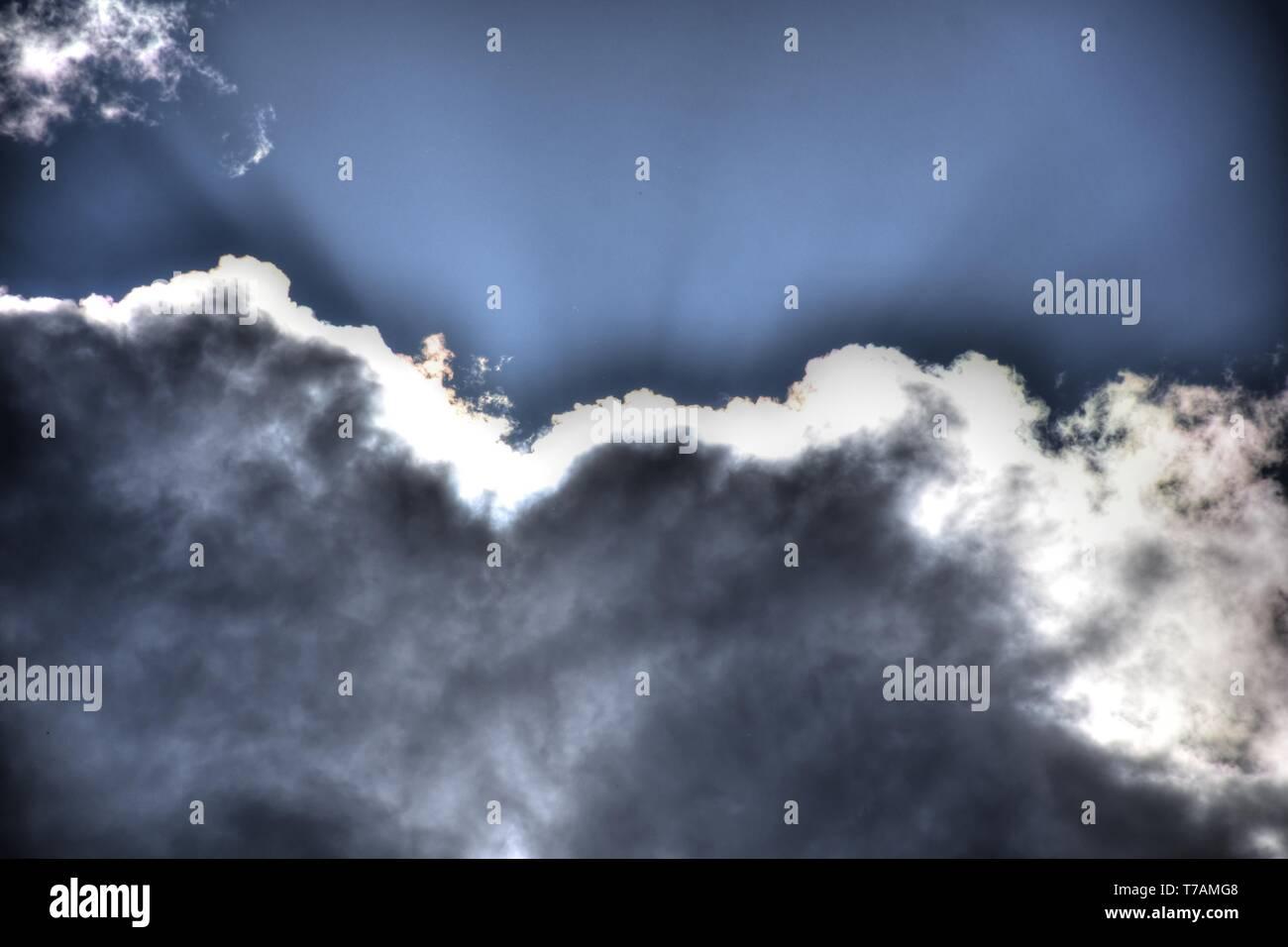 Wolke, Wolken, Wolkenstimmung, Sonne, Sonnenstrahlen, Licht, Schatten, Stimmung, Himmel, Wetter, Wetterumschwung, Natur, Umwelt, Jahreszeit, Tag, Damp - Stock Image