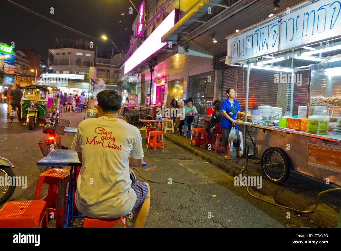 Street food stalls, Sip Sam Hang Road, Banglamphu, Bangkok, Thailand Stock Photo