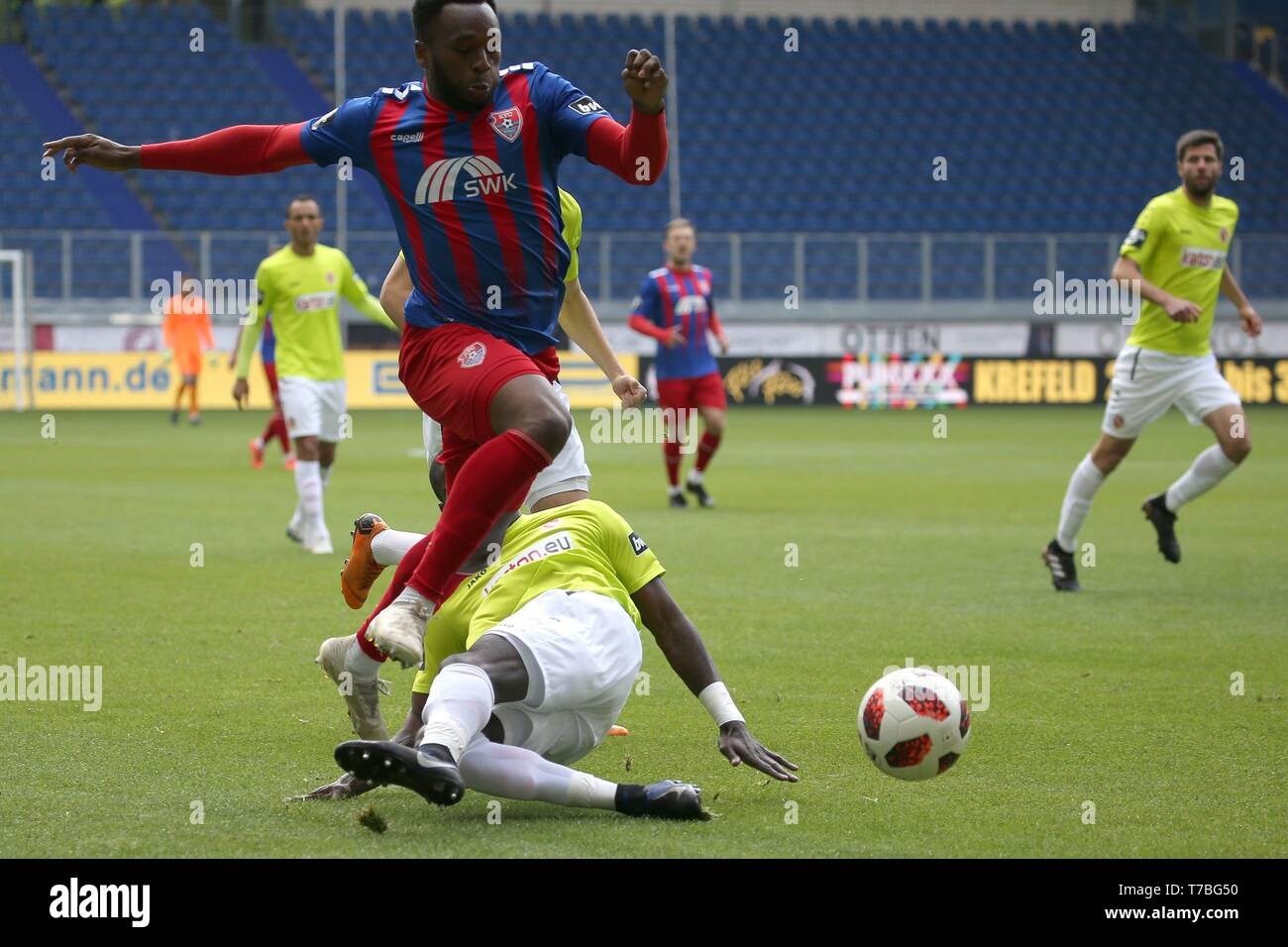 Duisburg, Deutschland. 05th May, 2019. firo: 05.05.2019 Football, 3. Bundesliga, season 2018/2019 KFC Uerdingen 05 - FC Energie Cottbus Jossà © -Junior Matuwila (# 5, FC Energie Cottbus) gets Osayamen Osawe (# 35, KFC Uerdingen 05) off his feet. | usage worldwide Credit: dpa/Alamy Live News - Stock Image