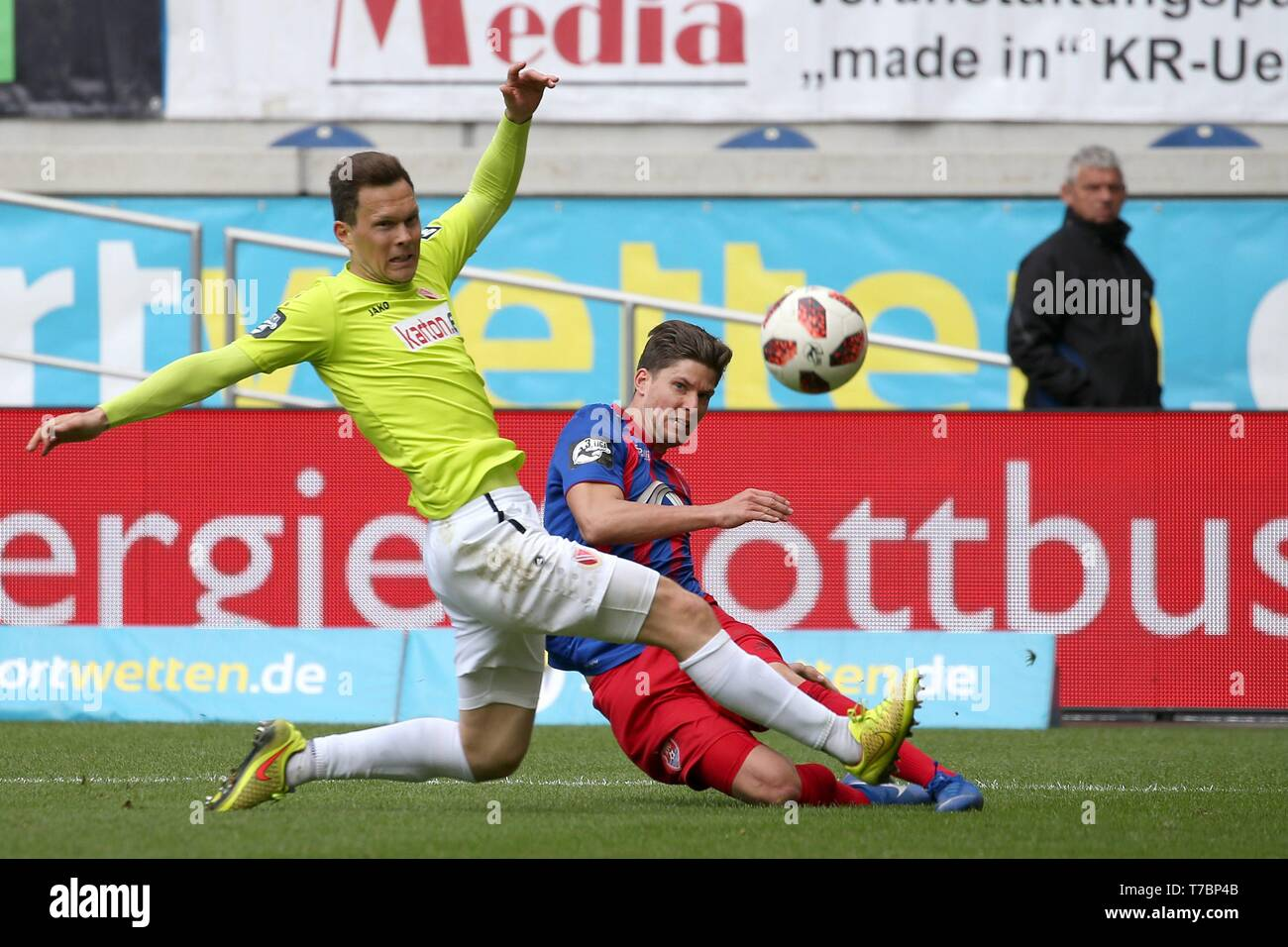 Duisburg, Deutschland. 05th May, 2019. firo: 05.05.2019 Football, 3. Bundesliga, season 2018/2019 KFC Uerdingen 05 - FC Energie Cottbus Christian Dorda (# 7, KFC Uerdingen 05) in duels with Robert MÃ l ller (# 16, FC Energie Cottbus) | usage worldwide Credit: dpa/Alamy Live News - Stock Image