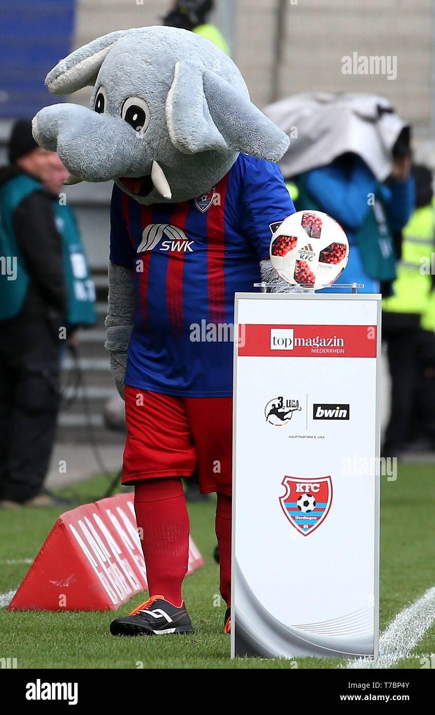 Duisburg, Deutschland. 05th May, 2019. firo: 05.05.2019 Football, 3. Bundesliga, season 2018/2019 KFC Uerdingen 05 - FC Energie Cottbus Mascot 'Grotifant' (KFC Uerdingen 05) gives the ball free for the game. | usage worldwide Credit: dpa/Alamy Live News - Stock Image