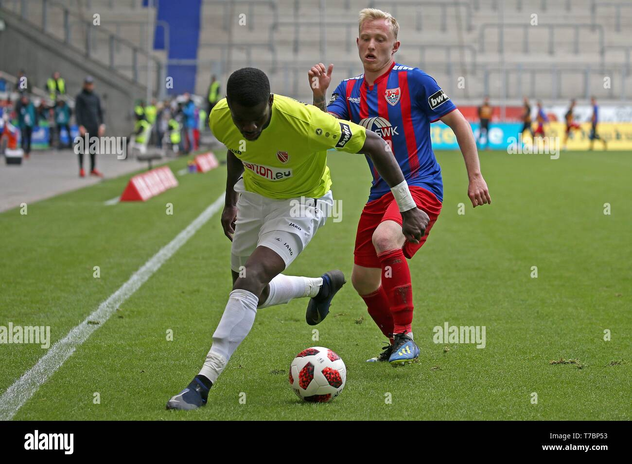 Duisburg, Deutschland. 05th May, 2019. firo: 05.05.2019 Football, 3. Bundesliga, season 2018/2019 KFC Uerdingen 05 - FC Energie Cottbus Patrick PflÃ_cke (# 10, KFC Uerdingen 05) in duels with Jossà © -Junior Matuwila (# 5, FC Energie Cottbus) | usage worldwide Credit: dpa/Alamy Live News - Stock Image