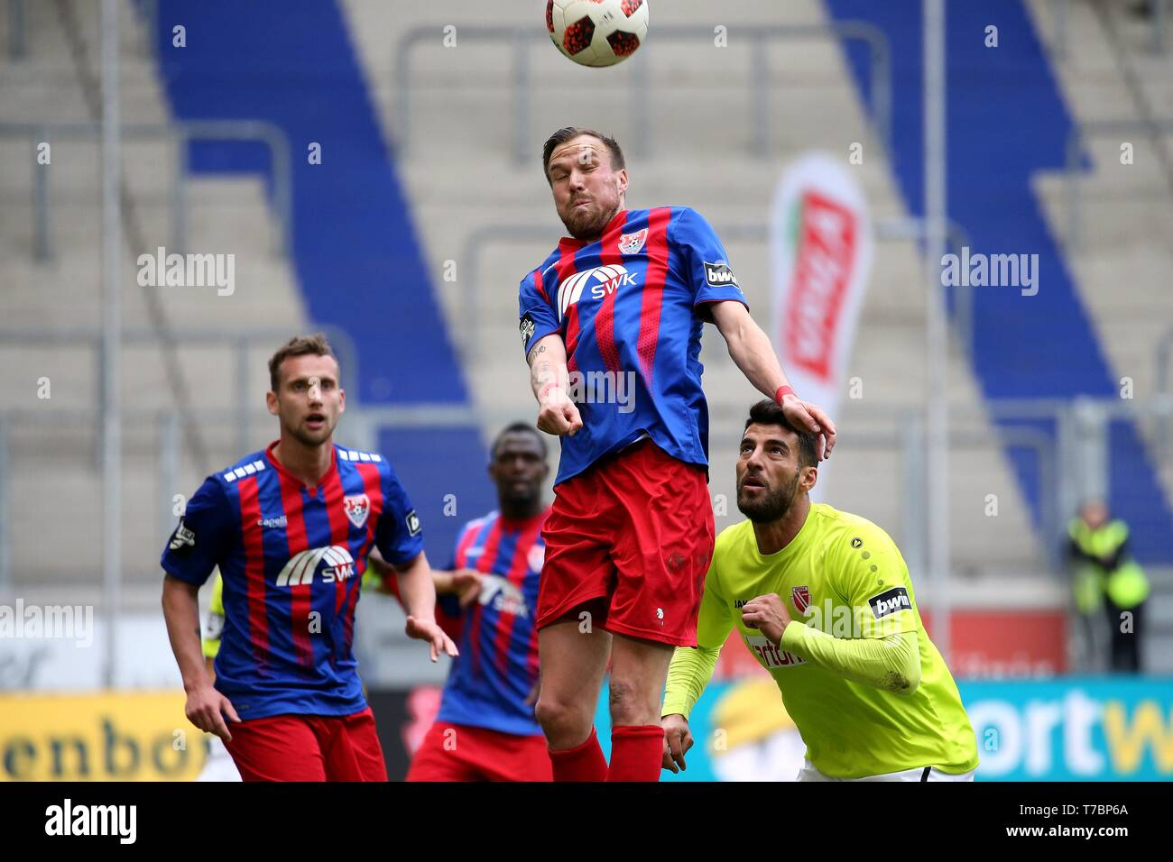 Duisburg, Deutschland. 05th May, 2019. firo: 05.05.2019 Football, 3. Bundesliga, season 2018/2019 KFC Uerdingen 05 - FC Energie Cottbus Kevin Grovukreutz (# 6, KFC Uerdingen 05) in the header duel with Jvºrgen Gjasula (# 35, FC Energie Cottbus) | usage worldwide Credit: dpa/Alamy Live News - Stock Image
