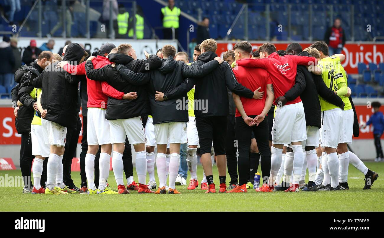 Duisburg, Deutschland. 05th May, 2019. firo: 05.05.2019 Football, 3. Bundesliga, season 2018/2019 KFC Uerdingen 05 - FC Energie Cottbus FC Energie Cottbus' team celebrate their victory and come together for the final round. | usage worldwide Credit: dpa/Alamy Live News - Stock Image