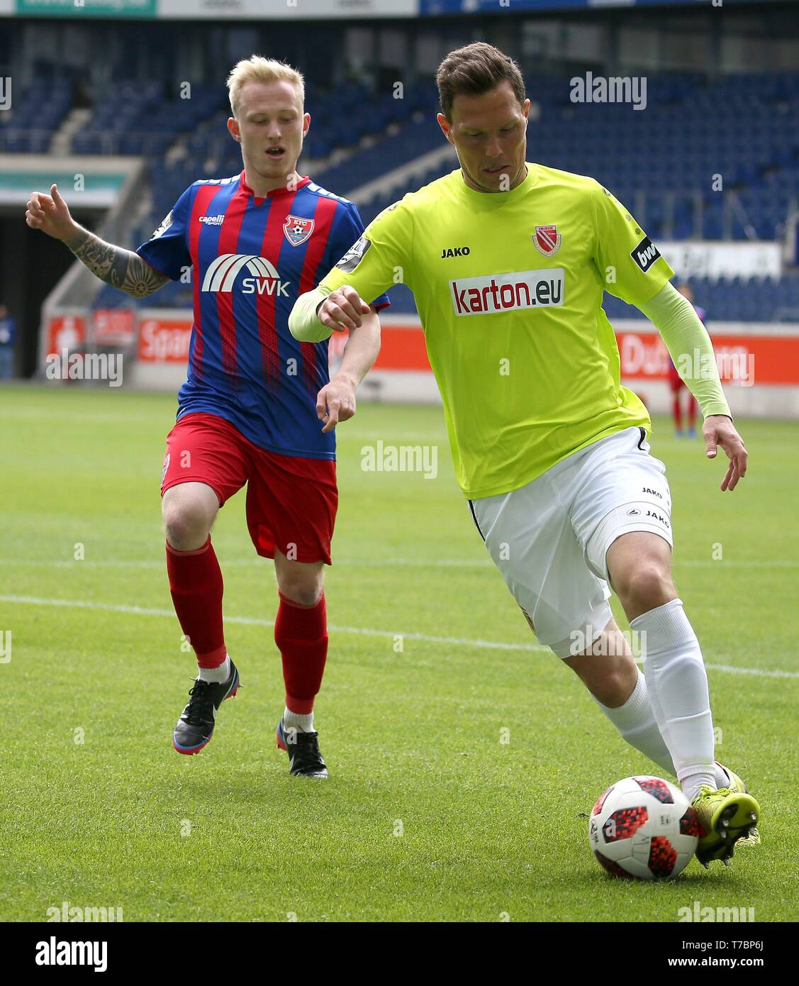 Duisburg, Deutschland. 05th May, 2019. firo: 05.05.2019 Football, 3. Bundesliga, season 2018/2019 KFC Uerdingen 05 - FC Energie Cottbus Robert MÃ_ller (# 16, FC Energie Cottbus) arrives in front of Patrick PflÃ'cke (# 10, KFC Uerdingen 05). | usage worldwide Credit: dpa/Alamy Live News - Stock Image