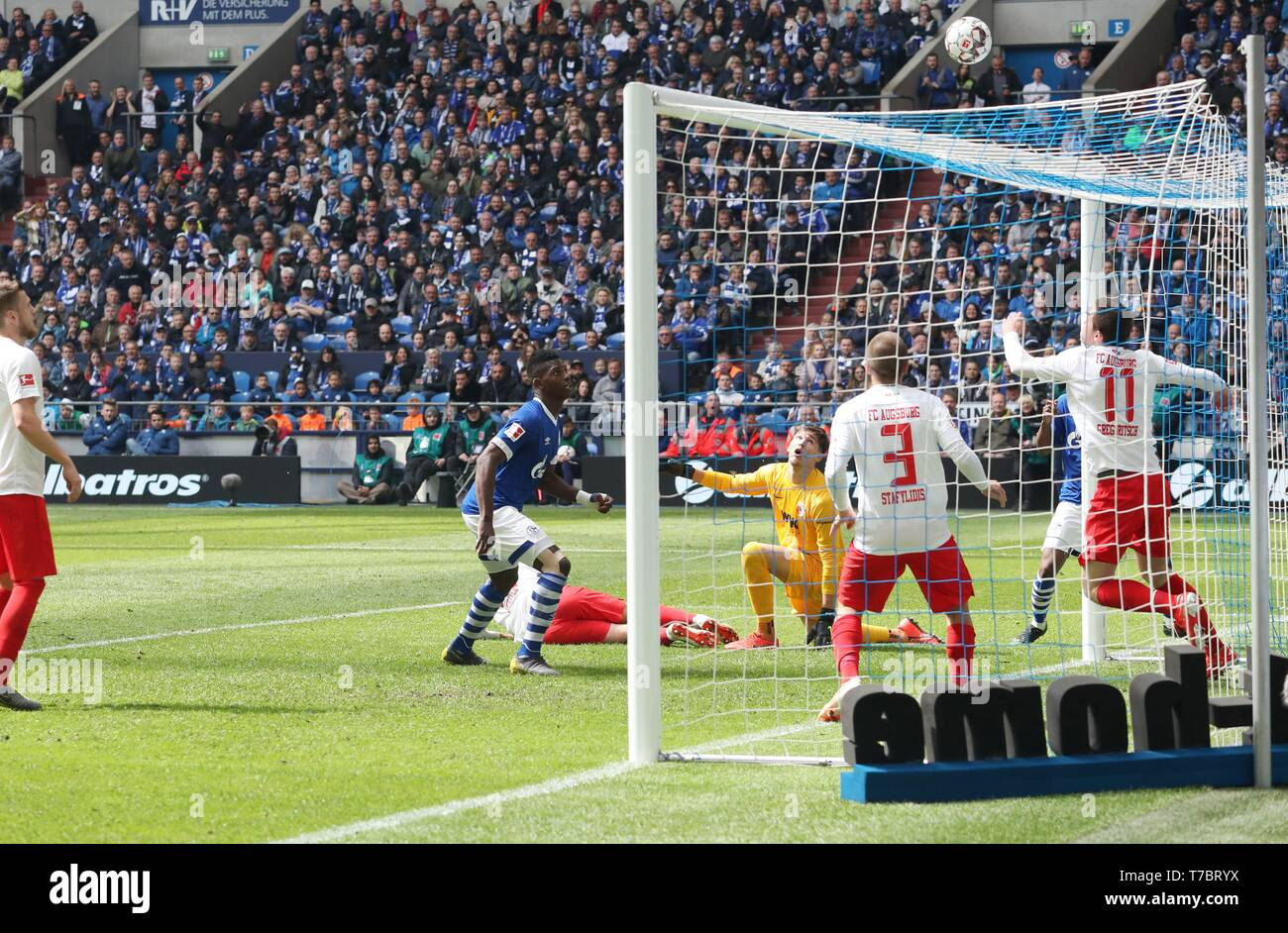 firo: 05.05.2019, Football, 2018/2019, 1.Bundesliga: FC Schalke 04 - FC Augsburg goal opportunity Breel Embolo   usage worldwide - Stock Image